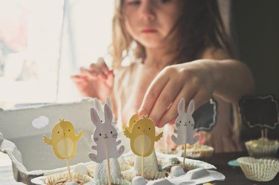 Almoço de Páscoa: Decoração de Páscoa, Menina decorando doces